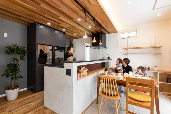 モルタル塗りと男前キッチンのあるスタイリッシュなお家   ココチエ一級建築士事務所