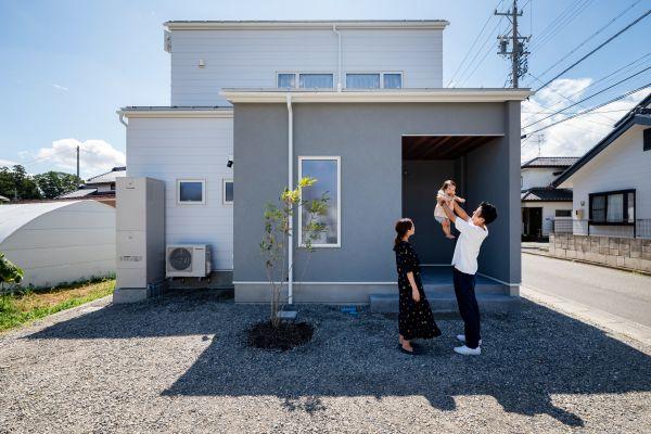 塗り壁とレッドシダーがアクセントの30代子育て世代のかわいいお家   ココチエ一級建築士事務所
