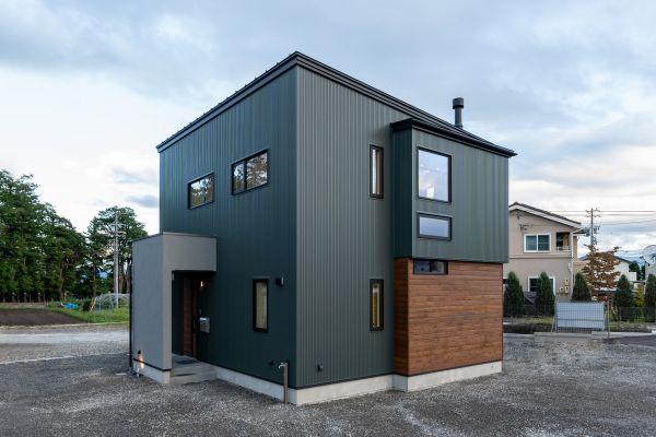 アイアン階段と薪ストーブが暮らしを演出するインダストリアルなお家   ココチエ一級建築士事務所